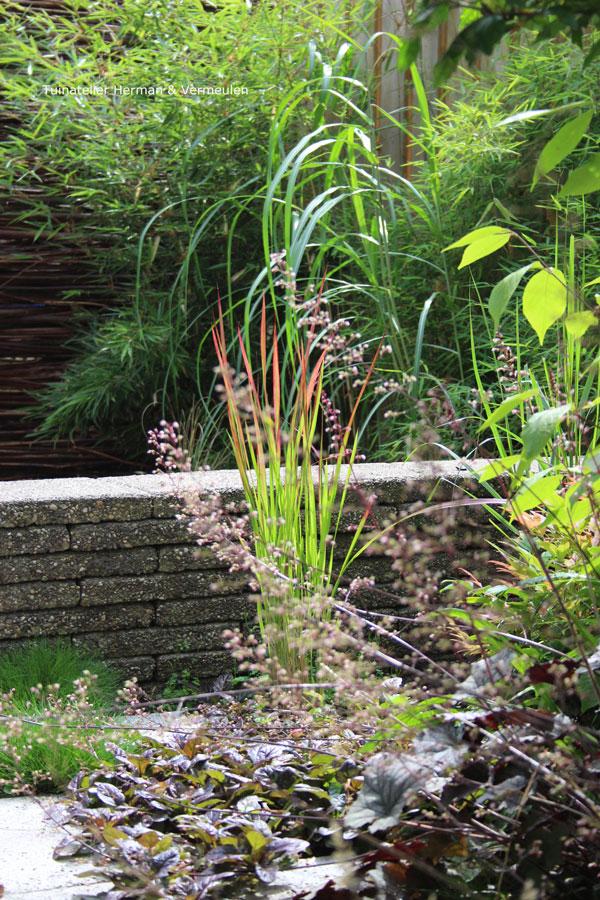 tuin met zitmuurtjes gestapelde stenen