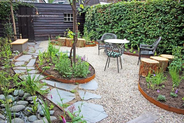 Mooie rustige achtertuin met natuurlijke uitstraling
