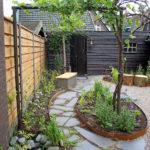 mooi natuurlijke tuin met waterloop