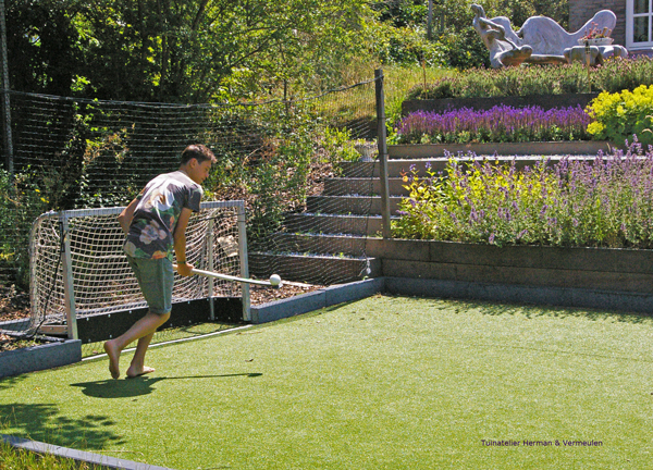 tuin met kunstgras hockeyveld