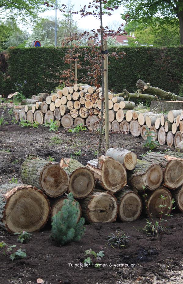 woodland muurtje met gestapelde houtblokken