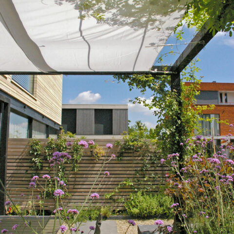 groene stadstuin met pergola en zonnedoek