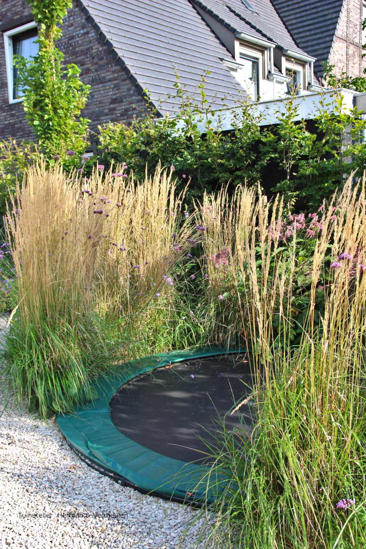 trampoline mooi tussen de grassen