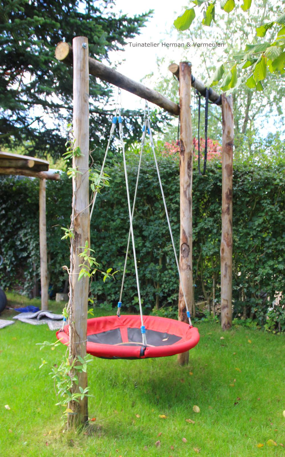 Speelse familietuin met natuurlijke speelelementen