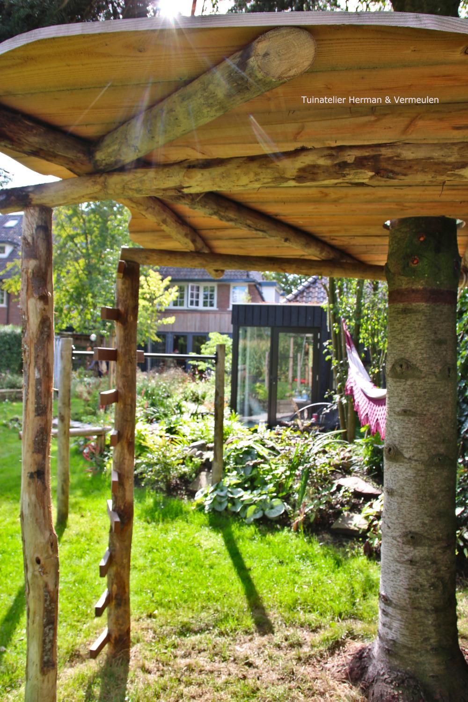 speelse familietuin met boomhut